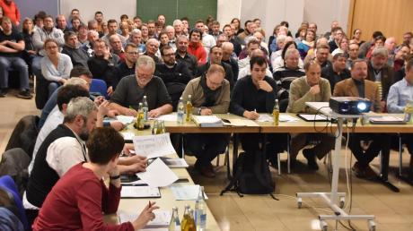 Großes Interesse: Fast 100 Zuhörer verfolgten die Sitzung des Stadtrats in Harburg, in der es um den Dorfladen in Ebermergen ging. Die Zusammenkunft war eigens vom Rathaus in die Schule verlegt worden.