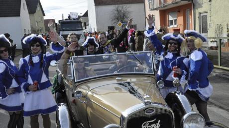 """Gaudi in Genderkingen: Umzugsleiter Franz Walzel schickte die Gruppen bei Sonnenschein auf die Strecke.Prinzessin Julia I. und Prinz Denis I. grüßten, flankiert von den """"Mannequinz"""", aus einem Cabrio."""