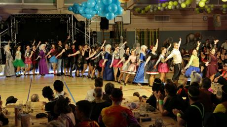 """Der Auszug der Tänzer beim Kolpingball in der Wemdinger Stadthalle. Mehr als 600 Besucher verfolgten das Programm, das auch aus Einlagen zur Stadtpolitik bestand. Das Motto lautete """"Zeitreise""""."""