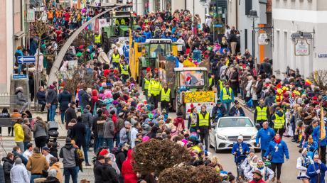 Tausende von Zaungästen säumten wieder die Rainer Innenstadt entlang der Umzugsstrecke. Ansteckende Partylaune schwappte von den Akteuren aufs Publikum über.