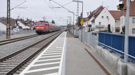 Im Bereich der Bahnhaltstelle in Bäumenheim hat ein 34-Jähriger zwei Polizisten angegriffen.