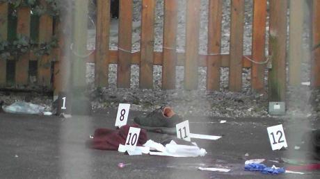 Der Tatort in der Bahnhofstraße nach der Messerattacke. Die Kriminalpolizei sicherte die Spuren.