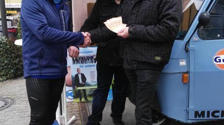 Es sollte eine Win-Win-Sache werden: Bernd Spielberger (links) bekam fünf Euro für jeden Kilometer – die er dann an den Bürgerfonds spendete.