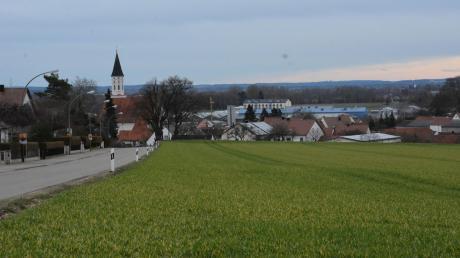 An der Steinbergstraße, die Riedlingen mit Wörnitzstein verbindet, liegt das von der Stadt erworbene Grundstück. Hier soll fortan Baugrund entwickelt werden. Stadtrat Gustav Dinger zeigt sich derweil skeptisch, dass beim Kauf alles korrekt gelaufen ist – die Stadt widerspricht dem jedoch entschieden.