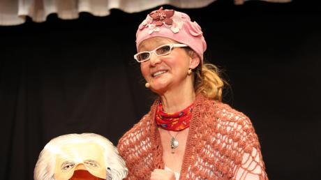 Wandelbar und urkomisch: die Schauspielerin und Kabarettistin Barbara Weinzierl bei ihrem Gastspiel im Theater Oberpeiching