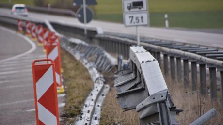 Am Beginn des zweispurigen Abschnitts der B25 zwischen Ebermergen und Donauwörth ist ein Lastwagen frontal gegen die Mittelleitplanke geprallt und hat diese auf einer Länge von rund 150 Metern demoliert.