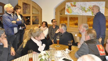 Wie sieht die Alternativ-Trasse aus? Buttenwiesens Gemeinderat Gernot Hartwig (rechts) erläutert die Pläne, links Tapfheims Gemeinderat Josef Hiltner bei einer Rückfrage.