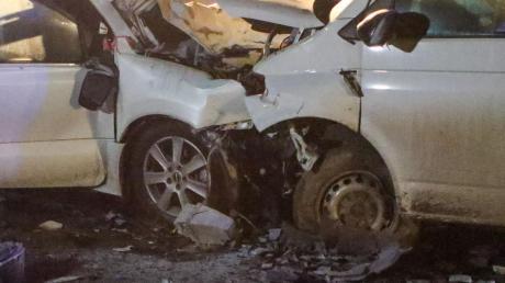 Durch den Zusammenstoß dieser beiden Fahrzeuge auf der B2 nahe Wernsbach starben vier Mitglieder einer Familie aus Wallerdorf.