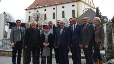 Auch zahlreiche Gäste nahmen an der Veranstaltung teil, darunter: Landrat Stefan Rößle (links), Dr. Wilfried Sponsel (Sechster von links), Stadtpfarrer Wolfgang Gebert (Siebter von links) und Gottfried Hänsel (Achter von links), Bürgermeister Dr. Martin Drexler (Dritter von rechts) und Rektor Heinz Sommerer (Zweiter von rechts).