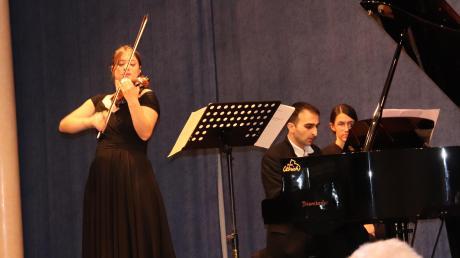 Wunderbare Ausnahmemusiker: Die brillante Geigerin Veriko Tchumburidze und der Pianist Mamikon Nakhapetov brachten Weltklasse nach Mertingen.