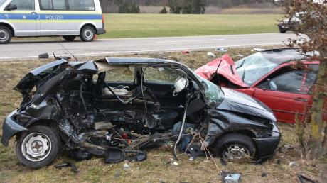 Beim Zusammenstoß zweier Autos auf der B2 nördlich von Kaisheim ist am Freitagmorgen ein 43-Jähriger aus Mittelfranken ums Leben gekommen. Der Fahrer des anderen Wagens erlitt schwere Verletzungen.