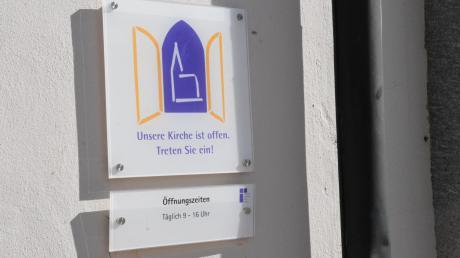 """""""Unsere Kirche ist offen"""" heißt es auf dem Schild vor der evangelischen Christuskirche in der Donauwörther Pflegstraße. Die Gotteshäuser sollen, Stand: Freitag, weithin geöffnet bleiben, die kirchlichen Veranstaltungen werden oftmals reduziert. Generell raten die Verantwortlichen zur Vorsicht, warnen aber vor Panik."""