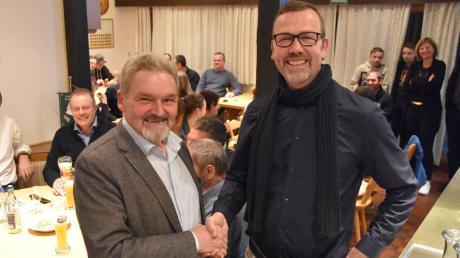 Peter Mahl (links) gratuliert seinem designierten Nachfolger Stefan Roßkopf, der bei der Wahl am Sonntag 63,7 Prozent der abgegebenen Stimmen erhielt.