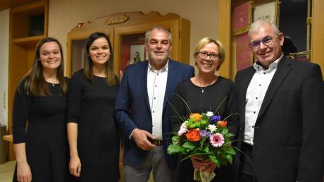 Hubert Eberle (rechts) gratuliert seinem Nachfolger Franz Moll. Mit dem neuen Bürgermeister freuen sich die Töchter Susann, Yvonne und Frau Margit.