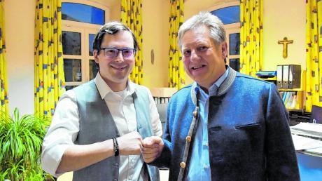 Gratulation mit der Faust: Roland Weiß beglückwünscht Josef Bickelbacher zur Wahl zum Bürgermeister in Fünfstetten.