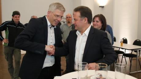 Fair gratulierte Albert Reiner (rechts) dem neu gewählten Mertinger Bürgermeister Veit Meggle. Dieser setzte sich mit 76,6 Prozent durch.