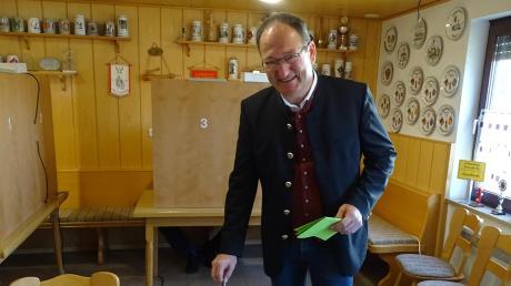 Alois Schiegg an der Wahlurne im Feuerwehrhaus Gansheim.