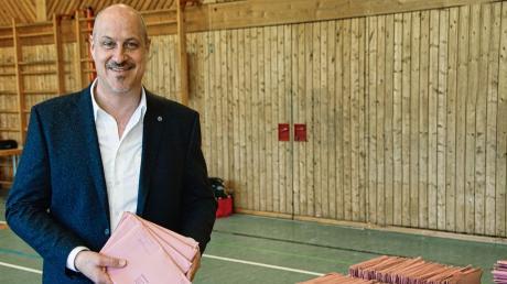 Harald Müller, hier bei der Vorbereitung zur Briefwahl-Auszählung am Sonntag, erhielt 96,7 Prozent.