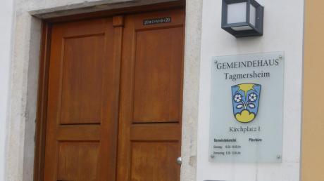 Gleich verteilt sind die Sitze im künftigen Tagmersheimer Gemeinderat, der zu seinen Sitzungen in der Gemeindekanzlei im alten Pfarrhaus zusammenkommt.