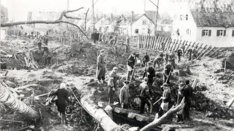 Ein Bombentrichter neben dem anderen und Häuser mit abgedeckten Dächern: Dieses Bild bot sich nach dem Luftangriff der Alliierten am 19. März 1945 auf Asbach-Bäumenheim. Das Bild entstand offensichtlich bei Aufräumarbeiten.