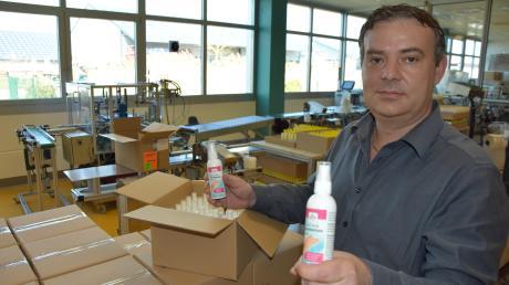 Die Firma Systemkosmetik in Münster stellt derzeit im Akkord Desinfektionsmittel her. Geschäftsführer Dietmar Schmid berichtet, dass die Nachfrage noch nicht einmal ganz befriedigt werden kann.