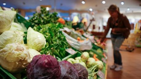 Viele Initiativen im Landkreis bieten zum Beispiel Unterstützung beim Lebensmitteleinkauf.