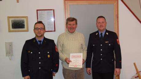 Anton Reinhard (Mitte) erhielt die Auszeichnung von Vorsitzendem Patrick Haschner (links) und Kommandant Philipp Greipel.