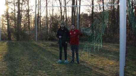Unbespielbarer Rasen, zerrissene Ballfangnetze: Sportlicher Leiter Kai Kotter (links) und Spartenleiter Niklas Regler zeigen die miserablen Zustände am 2014 eingeweihten Trainingsplatz des TSV Monheim. Die Fußballer sind deswegen enttäuscht von der Stadt.