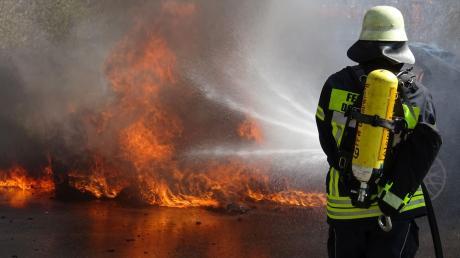 Auf einem Parkplatz an der Neudegger Allee ist dieses Auto komplett ausgebrannt.
