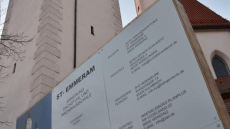 Die Bautafel bleibt an der Stadtpfarrkirche St. Emmeram in Wemding noch eine Weile stehen.