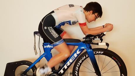 In ihrem Sportzimmer kann Triathletin Theresa Wild zu Hause trainieren, etwa mit der sogenannten Radrolle.
