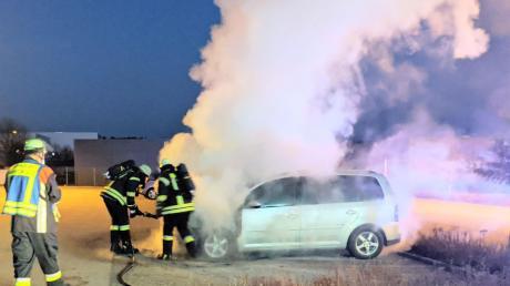 Auf einem Firmenparkplatz in Monheim ist ein Auto völlig ausgebrannt. Schaden: rund 8000 Euro.