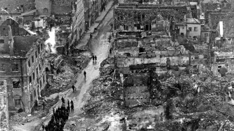 Häftlinge aus dem Gefängnis in Kaisheim wurden nach dem verheerenden Angriff zum Aufräumen in die Reichsstraße beordert.