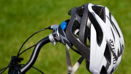 Ein Ehepaar stürzt beim Radfahren am Sonntag in Erdweg, weil sich die Lenker touchieren. Die 32-jährige Frau muss ins Krankenhaus gebracht werden.