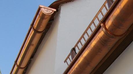Auf die Kupferdachrinne der Kapelle bei Gansheim hatte es ein unbekannter Dieb abgesehen.