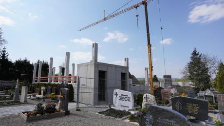 Am Friedhof in Donauwörth entsteht derzeit eine neue Betriebshalle für knapp eine Million Euro. Dort werden Toiletten für Besucher gebaut, die zudem barrierefrei sind. Nach Abbrucharbeiten im vergangenen Jahr, läuft die Baustelle. Fertig sein soll das neue Gebäude bis zum Ende des Jahres 2020.