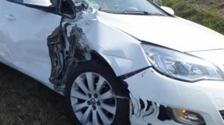 Dieses Auto erlitt bei einem Unfall mit einem Sattelzug nahe Niederschönenfeld Totalschaden.