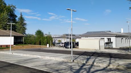 Der neu geschaffene Mitarbeiterparkplatz am Krankenhaus Donauwörth sorgt bei den Nachbarn für Ärger. Ihnen ist nicht nur das störende Licht ein Dorn im Auge. Sie fordern Nachbesserungen.