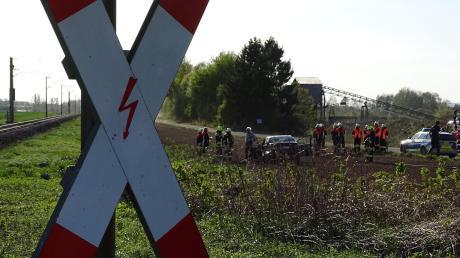 Nach dem Unfall am Bahnübergang Staudheim ist der Zugführer weitergefahren. Die Polizei ermittelt jetzt gegen den 42-Jährigen.