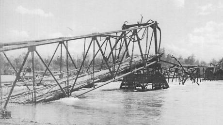 Die am 25. April 1945 von deutschen Soldaten gesprengte Marxheimer Donaubrücke. Bei der Sprengung kamen zwei Soldaten ums Leben.
