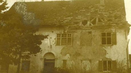 Der stark beschädigte Pfarrhof von Holzheim wurde in den Kampfhandlungen des 27. April 1945 dreimal getroffen.
