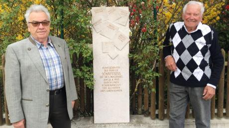Alois Müller (rechts) und Josef Schäfstoß am Gedenkstein, den Josef Schäfstoß zur Erinnerung an seine getötete Familie vor zehn Jahren an seinem Grundstück errichten ließ.