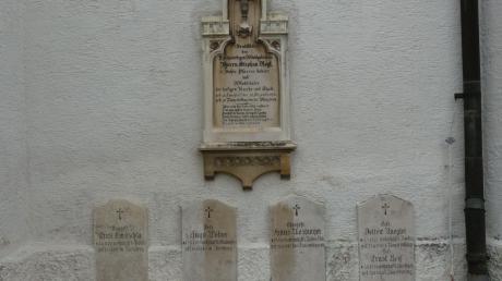 Die Gemeinde Bayerdilling hat auch den auswärts wohnenden gefallenen Soldaten ein Denkmal an der Außenwand der Pfarrkirche gesetzt. Während drei Männer einer hier stationierten Katastropheneinheit bei Einsätzen nach Luftangriffen starben, kostete sinnloser Widerstand dem 18-jährigen Ernst Reif und dem 17-jährigen Detlev Naegler am 27. April 1945 das Leben.