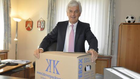 Packt nach 24 Jahren seine persönlichen Utensilien zusammen: Mertingens Bürgermeister Albert Lohner.