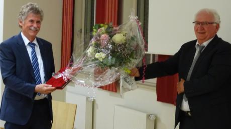 Corona fordert Distanz – so auch bei der Verabschiedung im Rainer Stadtrat. Hier Bürgermeister Gerhard Martin (links), der nach 30 Jahren aufhört, und Zweiter Bürgermeister Leo Meier.