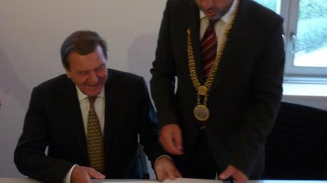 Ein Höhepunkte seiner Amtszeit als Bürgermeister in Tagmersheim: Der Besuch des ehemaligen Bundeskanzlers Gerhard Schröder 2011 - hier beim Eintrag in das goldene Buch. Georg Schnell denkt gerne daran zurück.