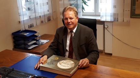 Nach 18 Jahren räumte Wolfgang Kilian sein Bürgermeisterbüro in Harburg undübergab es an seinen Nachfolger Christoph Schmidt. Insgesamt blickt er aufeine erfolgreiche Amtszeit zurück.