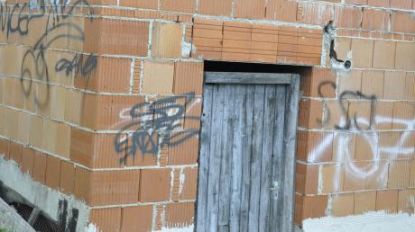 Eine der harmloseren Aktionen: Auch diese unverputzte Hausfassade in der Pfarrer-Flock-Straße in Buchdorf beschmierten die Täter.