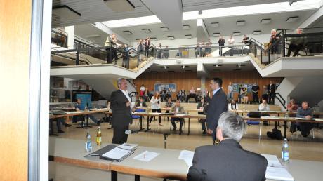 Zur Vereidigung und ersten Stadtratssitzung des neue Harburger Bürgermeisters Christoph Schmidt (rechts stehend) kamen einige interessierte Zuschauer. Alles wurde mit Achtung auf Abstand seitens der Stadträte und Zuschauer abgehalten.