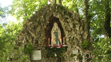 Ein Unbekannter hat von der Lourdes-Grotte bei Mündling zwei Hortensienstöcke gestohlen.